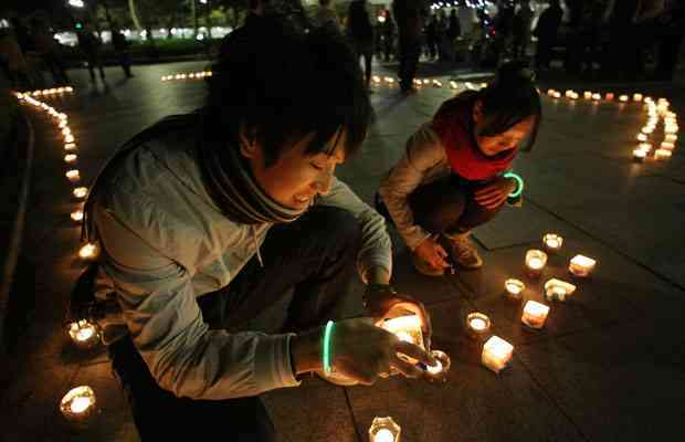 Students light candles in Peace Memorial Park, Hiroshima, Japan, Earth Hour, March 27, 2010/Junko Kimura, Getty, The Vancouver Sun, vancouversun.com
