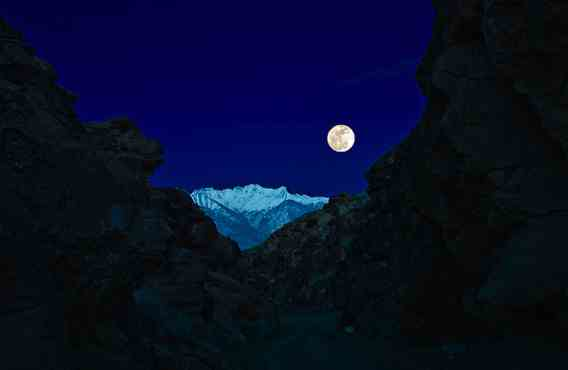 Supermoon, Chigado Canyon, CO, March 19, 2011/SierraJoe, flickr.com, buzzfeed.com