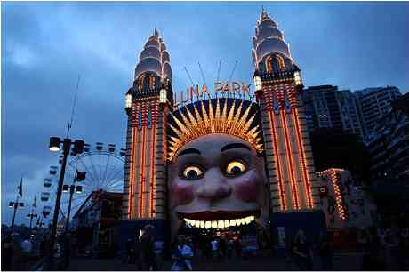 Luna Park, Sydney, Australia, Earth Hour, March 27, 2010/Getty, photoshoptutorials.ws