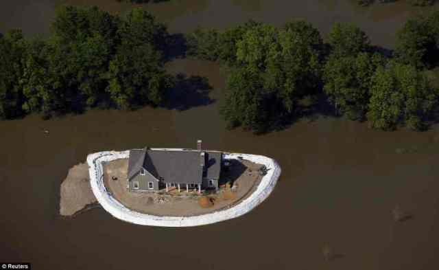 Vicksburg homeowners fight the flooding Mississippi, May, 19, 2011/Reuters, Daily Mail, MailOnline.co.uk
