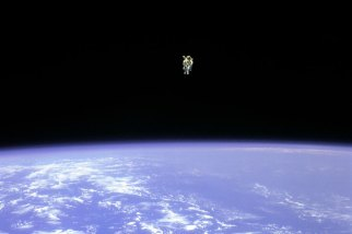 Astronaut Bruce McCandless II floats a record-setting 328 feet from space shuttle Challenger cargo bay, 1984/apod.nasa.gov