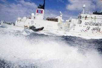 Sea Shepherd launch buzzes Japanese whaling-fleet security ship Shonan Maru 2 near Freemantle, Australia, Jan 18, 2012/Sea Shepherd, Reuters, VOA