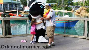 Family meets Shamu, SeaWorld Orlando, March 2011/OrlandoInformer.com